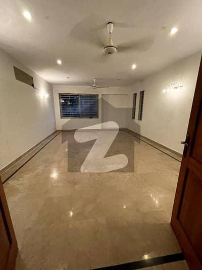 ڈی ایچ اے فیز 5 ڈی ایچ اے کراچی میں 8 کمروں کا 2 کنال مکان 5.5 لاکھ میں کرایہ پر دستیاب ہے۔
