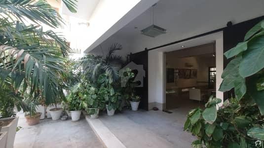 کلفٹن کراچی میں 4 کمروں کا 2 کنال مکان 18 کروڑ میں برائے فروخت۔
