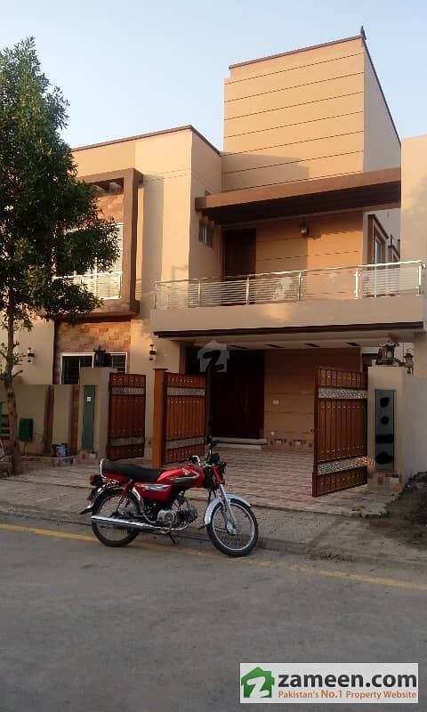 Beautiful 10 Marla Brand New House In Bahria Town Lahore
