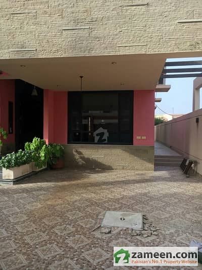 Bungalow Out Class 500 Yards 4 Bedroom Green Lawn Servant Quarter Dha8 Rent