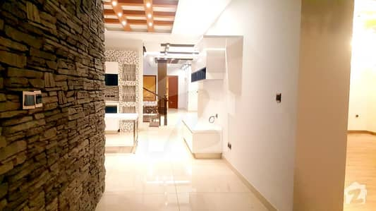Corner 1st Belt Off Qasim Classy Owner Built Brand New With Basement 1000 Yards Villa