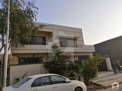 E-11 The Best Location Triple Storey House Very Spacious Best For Executive Family 6 Beds With 2 Kitchen
