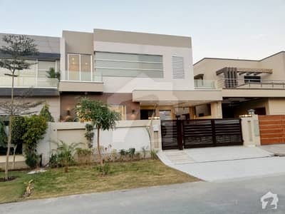 10 Marla Luxurious House with Full Basement For Sale In DHA Lahore