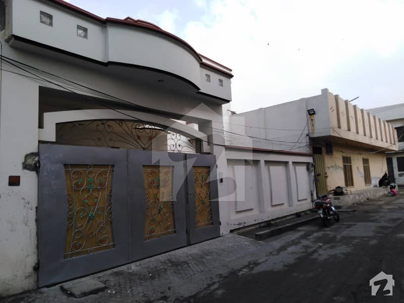 سمندری روڈ فیصل آباد میں 5 کمروں کا 10 مرلہ مکان 1. 4 کروڑ میں برائے فروخت۔