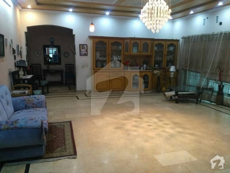 Upper Portion 1 Kanal  3 Bed Bed With Attached Bath Drawing Dining Tv Lounge Stor Carparking