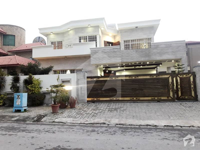 1 Kanal Aesthetic Design  Bungalow For Sale