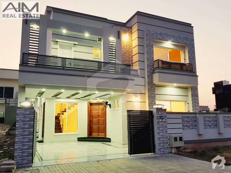 Luxury 10 Marla House Near To Park And Main Expressway