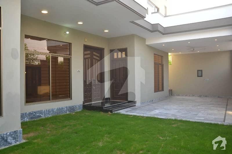 ضیا ٹاؤن چک 208 روڈ فیصل آباد میں 5 کمروں کا 12 مرلہ مکان 2.75 کروڑ میں برائے فروخت۔