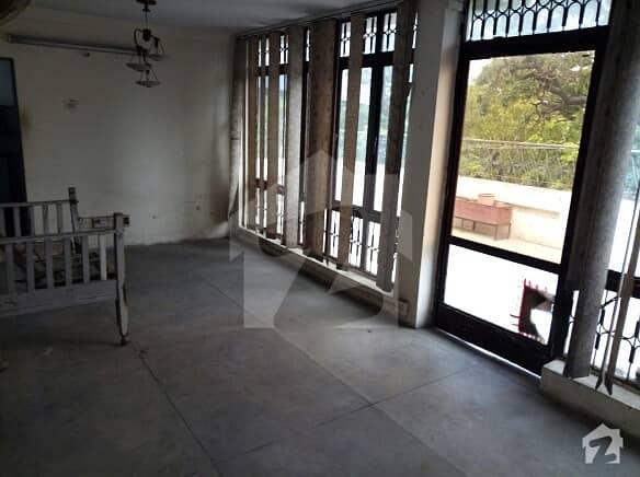 غالب مارکیٹ گلبرگ لاہور میں 3 کمروں کا 10 مرلہ بالائی پورشن 28 ہزار میں کرایہ پر دستیاب ہے۔
