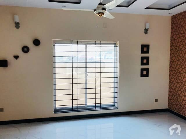 1 Kanal Lower Portion 3 Bedroom Drawing Draining Store Kitchen TV Lounge Servant Quarter Car Parking