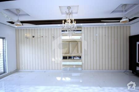 ڈی ایچ اے فیز 8 - بلاک پی ڈی ایچ اے فیز 8 ڈیفنس (ڈی ایچ اے) لاہور میں 5 کمروں کا 1 کنال مکان 1 لاکھ میں کرایہ پر دستیاب ہے۔