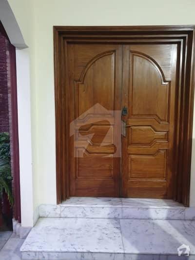 طفیل روڈ کینٹ لاہور میں 6 کمروں کا 1 کنال مکان 6.5 کروڑ میں برائے فروخت۔
