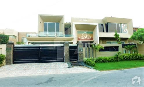 Leads Presenting 2 Kanal Fully Furnished Basement Luxurious Bungalow  Near to Park