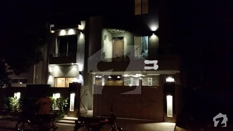 علاوہ بحریہ ٹاؤن لاہور میں 5 کمروں کا 10 مرلہ مکان 1. 75 کروڑ میں برائے فروخت۔