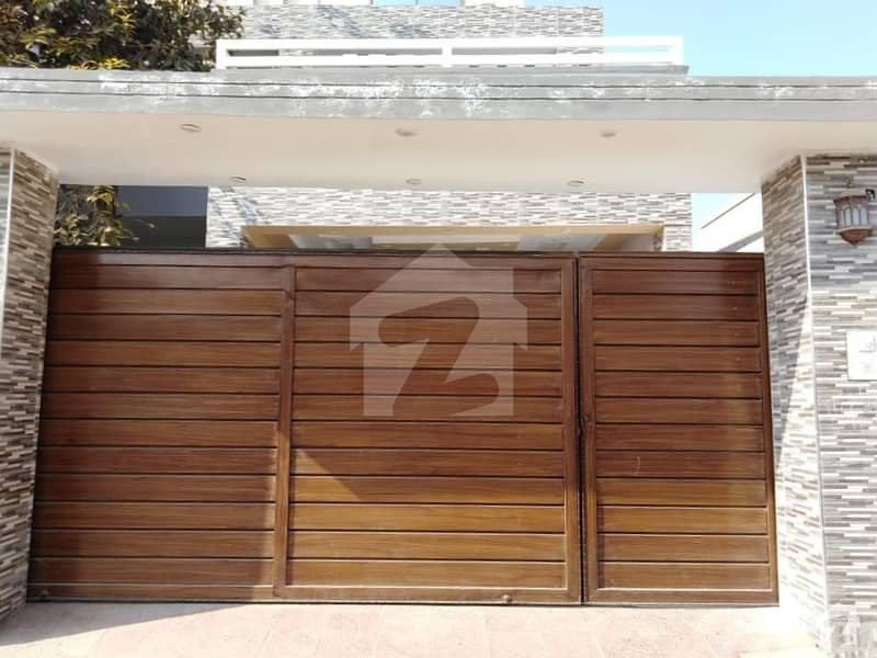 ماڈل ٹاؤن اے بہاولپور میں 5 کمروں کا 10 مرلہ مکان 2. 1 کروڑ میں برائے فروخت۔