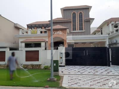 ڈی ایچ اے فیز 6 - بلاک ایچ فیز 6 ڈیفنس (ڈی ایچ اے) لاہور میں 7 کمروں کا 1 کنال مکان 2 لاکھ میں کرایہ پر دستیاب ہے۔