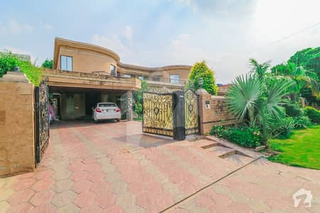 Superb Location 2 Kanal Bungalow For Sale Near Park and Main Road