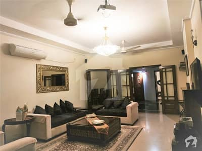 One Kanal Fully Furnished Bungalow very Near to Park and Commercial