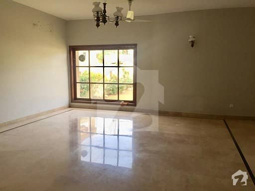 Main road Bungalow 1000 yards Rent For Commercial Used school hospital offices Clifton block 2 Main road service lane