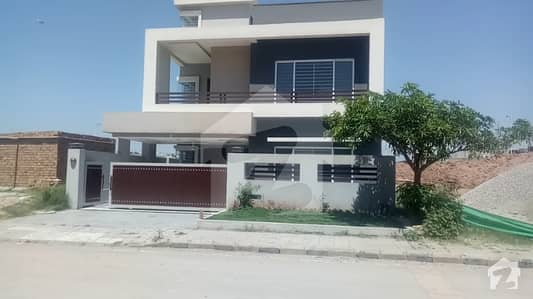 10 marla beautifully owners costructed house on prime location