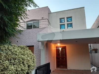 Low Budget Like new Good condition 10 Marla Safari Villas with grand Garden area available for rent in cheep price in sector B bahria town lahore