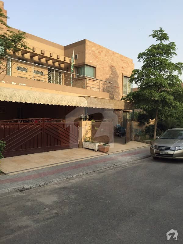 Low Budget Like new Good condition 10 Marla Safari Villas with 10 marla Garden area available for rent in cheep price in sector B bahria town lahore
