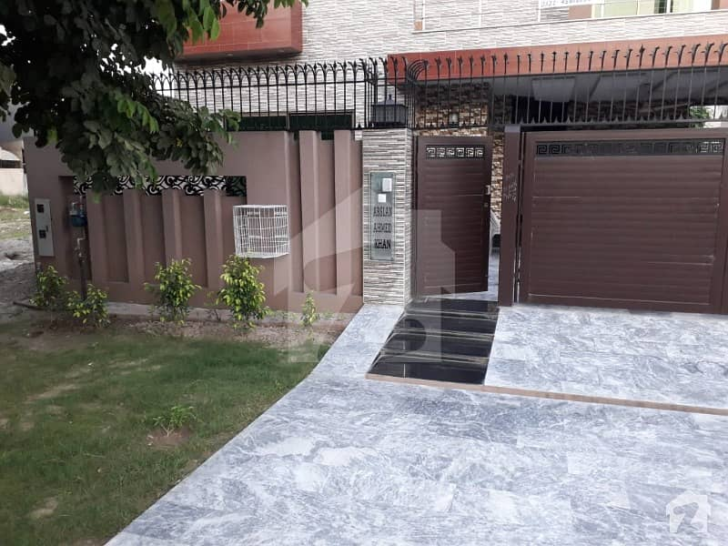 ڈی ایچ اے فیز 8 - بلاک سی ڈی ایچ اے فیز 8 ڈیفنس (ڈی ایچ اے) لاہور میں 5 کمروں کا 10 مرلہ مکان 95 ہزار میں کرایہ پر دستیاب ہے۔