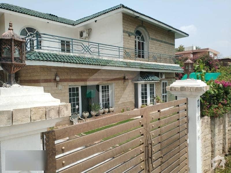 ایف ۔ 10/2 ایف ۔ 10 اسلام آباد میں 5 کمروں کا 1.6 کنال مکان 10.5 کروڑ میں برائے فروخت۔