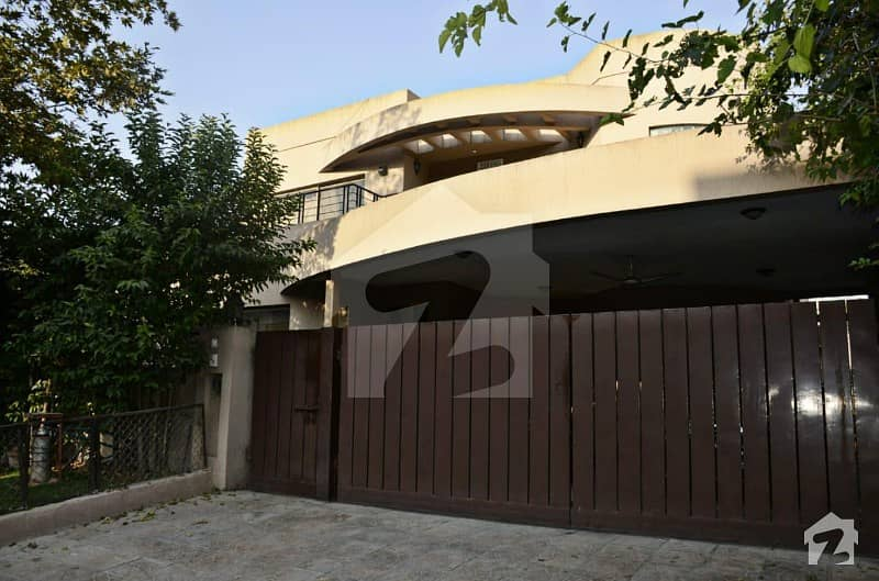 1 Kanal Corner Sun Face House With Basement Excellent Condition For Sale In E-11/4 Islamabad