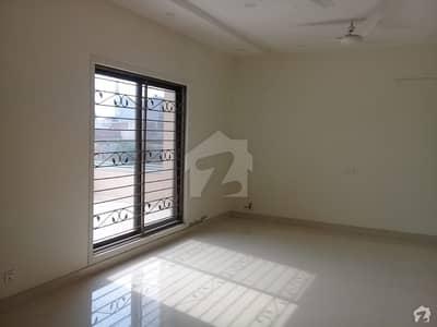 ائیر ایوینیو ۔ بلاک ایل ائیر ایوینیو ڈی ایچ اے فیز 8 ڈی ایچ اے ڈیفینس لاہور میں 2 کمروں کا 1 کنال زیریں پورشن 50 ہزار میں کرایہ پر دستیاب ہے۔