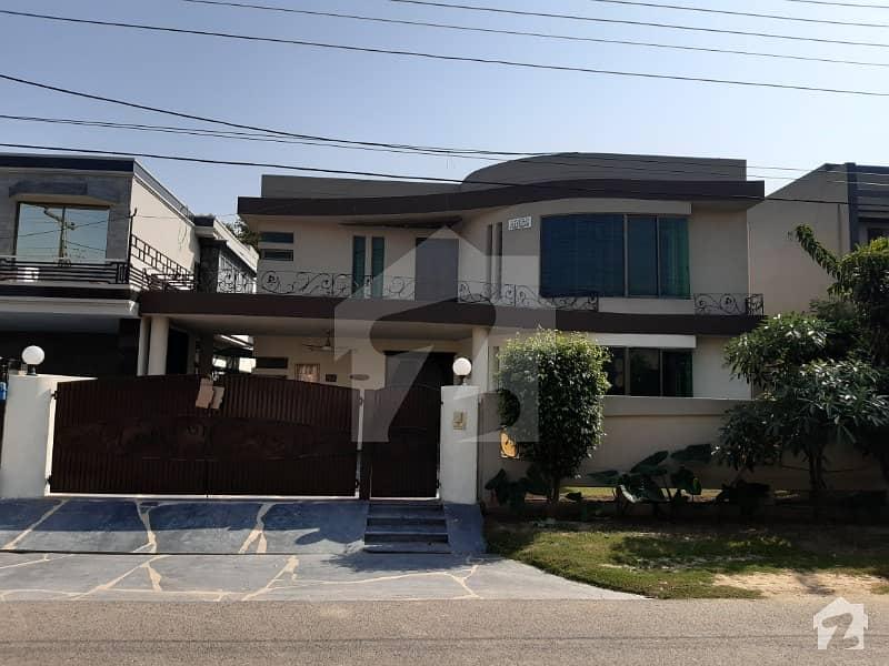 ڈی ایچ اے فیز 4 ڈیفنس (ڈی ایچ اے) لاہور میں 5 کمروں کا 1 کنال مکان 1.3 لاکھ میں کرایہ پر دستیاب ہے۔