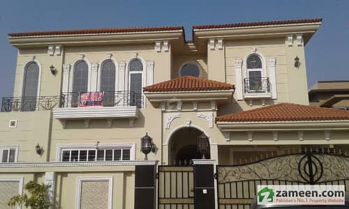 15 Mara Facing Park Splendid Style House On 100 Feet Road With 3 Car Parking Space