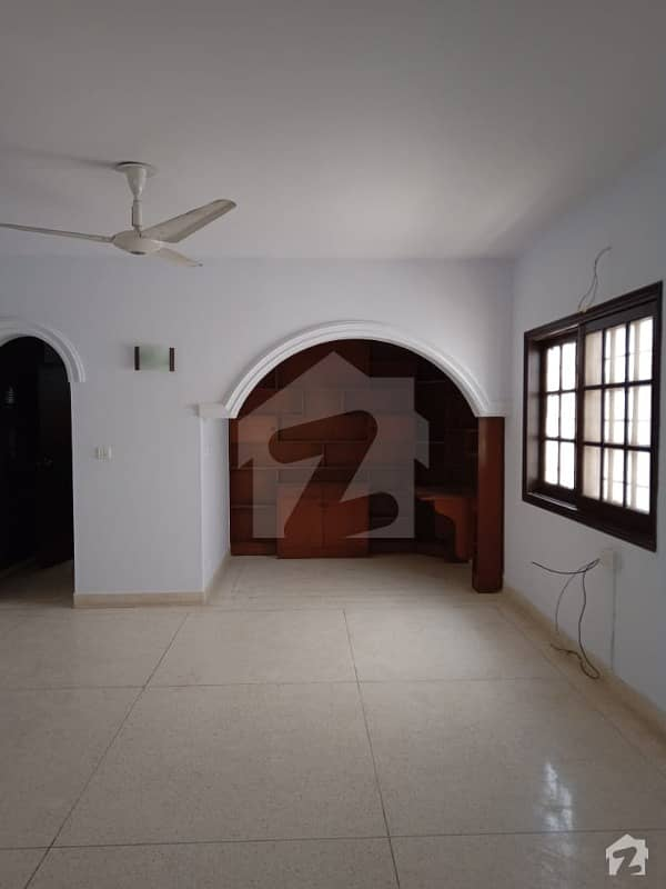 300 Sq Yards 4 Bedrooms Drawing Dining TV Lounge Renovated Well Maintained