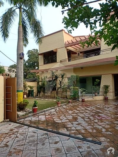 2 KANAL HOUSE FOR SALE FACING PARK  IDEAL LOCATION