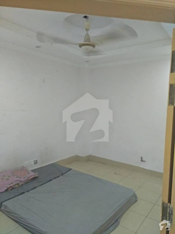 650 Square Feet 3rd Floor Apartment 2 Bedroom 1 Bath Fully Populated Walking Distance To Gt Road
