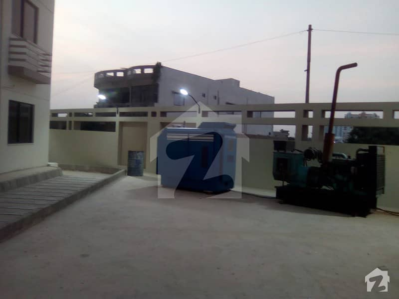 جناح ایونیو کراچی میں 3 کمروں کا 8 مرلہ فلیٹ 1.3 کروڑ میں برائے فروخت۔