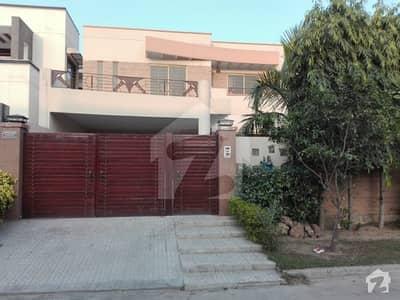 خیابانِ گارڈنز فیصل آباد میں 4 کمروں کا 10 مرلہ مکان 2.4 کروڑ میں برائے فروخت۔