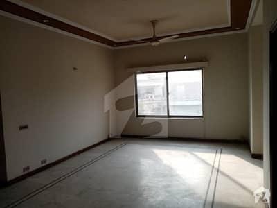 ڈی ایچ اے فیز 4 - بلاک ڈیڈی فیز 4 ڈیفنس (ڈی ایچ اے) لاہور میں 2 کمروں کا 1 کنال بالائی پورشن 52 ہزار میں کرایہ پر دستیاب ہے۔