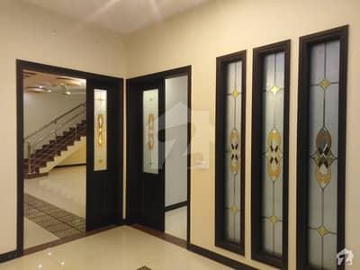 ڈی ایچ اے فیز 8 - زون بی ڈی ایچ اے فیز 8 ڈی ایچ اے ڈیفینس کراچی میں 5 کمروں کا 1 کنال مکان 3 لاکھ میں کرایہ پر دستیاب ہے۔