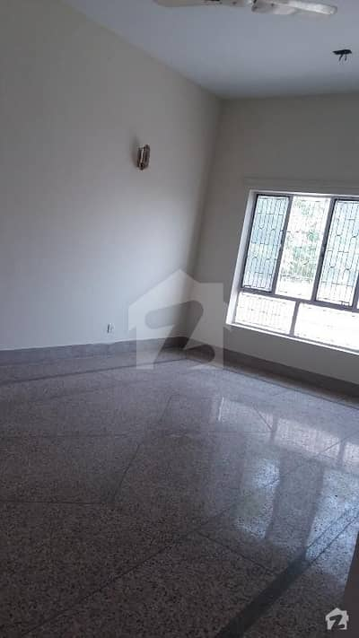 4080 Old live able houe at good location near to main road