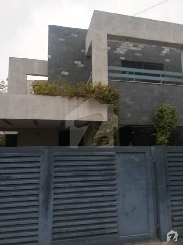 ڈی ایچ اے فیز 8 - بلاک پی ڈی ایچ اے فیز 8 ڈیفنس (ڈی ایچ اے) لاہور میں 4 کمروں کا 11 مرلہ مکان 2.45 کروڑ میں برائے فروخت۔