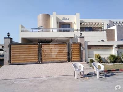 خیابانِ گارڈنز فیصل آباد میں 18 مرلہ مکان 3.5 کروڑ میں برائے فروخت۔