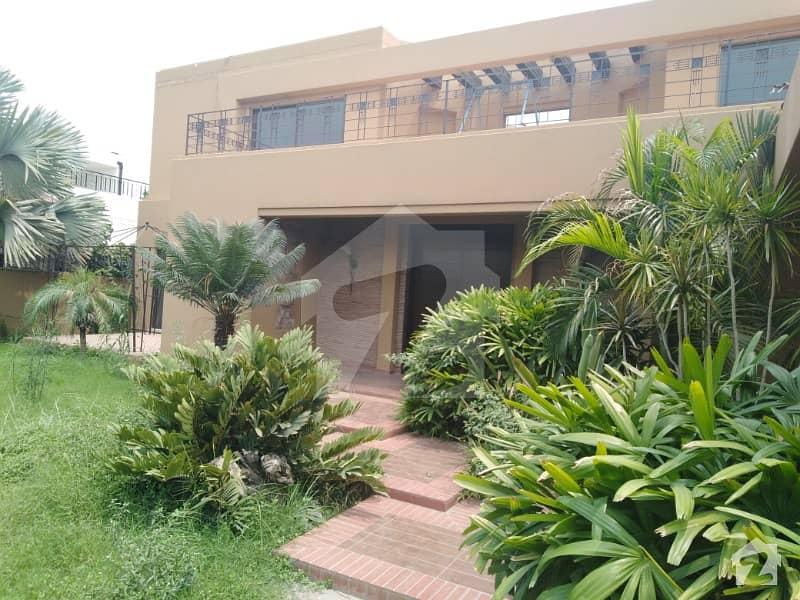 ڈی ایچ اے فیز 2 - بلاک وی فیز 2 ڈیفنس (ڈی ایچ اے) لاہور میں 5 کمروں کا 2 کنال مکان 4 لاکھ میں کرایہ پر دستیاب ہے۔