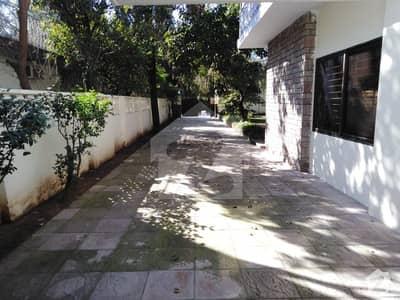 جی ۔ 6 اسلام آباد میں 4 کمروں کا 2.4 کنال مکان 2.5 لاکھ میں کرایہ پر دستیاب ہے۔