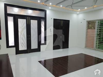 اقبال ایوینیو فیز 1 اقبال ایوینیو لاہور میں 4 کمروں کا 10 مرلہ مکان 2.45 کروڑ میں برائے فروخت۔
