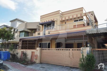 10 Marla Boulevard House Is Available For Sale On Ideal Location