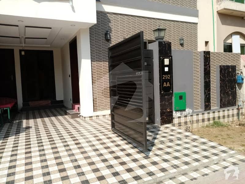 علاوہ بحریہ ٹاؤن لاہور میں 3 کمروں کا 5 مرلہ مکان 1.3 کروڑ میں برائے فروخت۔