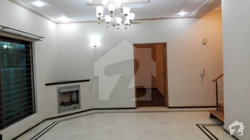 ڈی ایچ اے فیز 2 - بلاک وی فیز 2 ڈیفنس (ڈی ایچ اے) لاہور میں 4 کمروں کا 10 مرلہ مکان 92 ہزار میں کرایہ پر دستیاب ہے۔