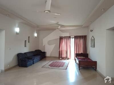 ڈی ایچ اے فیز 8 - بلاک پی ڈی ایچ اے فیز 8 ڈیفنس (ڈی ایچ اے) لاہور میں 5 کمروں کا 1 کنال مکان 1.1 لاکھ میں کرایہ پر دستیاب ہے۔