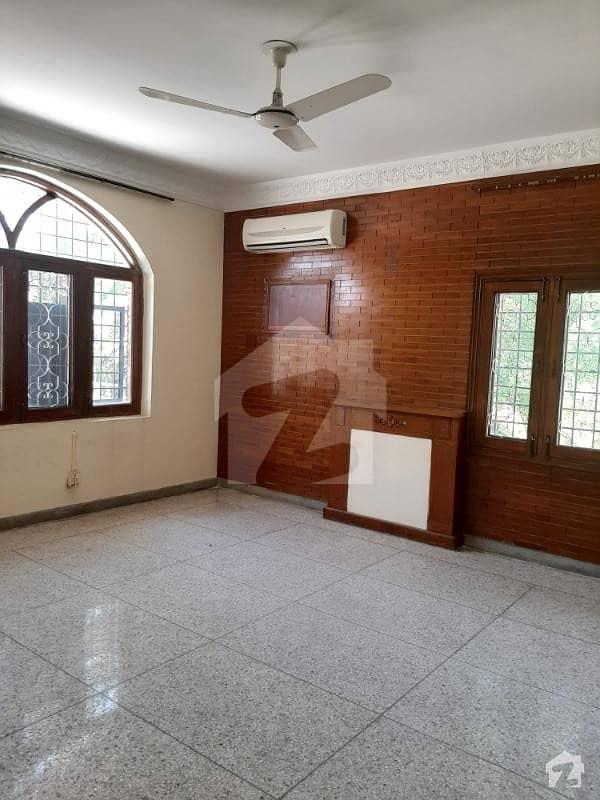 ایف ۔ 11/1 ایف ۔ 11 اسلام آباد میں 9 کمروں کا 1.33 کنال مکان 8.5 کروڑ میں برائے فروخت۔